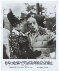 2d021 MATTER OF TIME candid 8x9.75 '76 Liza Minnelli conferring with her director father Vincente!