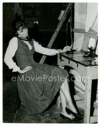 1m014 AUDREY HEPBURN 7x9 Dutch news photo '61 calling her husband while making Children's Hour!