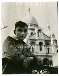 1m012 FUNNY FACE 7.25x9.5 Dutch news photo '57 Audrey Hepburn leaning on rail by large building!