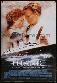 6c011 TITANIC 40x58 English commercial poster '97 Leonardo DiCaprio holds Kate Winslet!