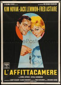 6w895 NOTORIOUS LANDLADY Italian 1p '62 different art of Kim Novak, Lemmon & Astaire in keyhole!