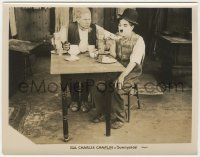 6d015 SUNNYSIDE 8x10.25 still R27 angry man with giant knife with Charlie Chaplin at kitchen table