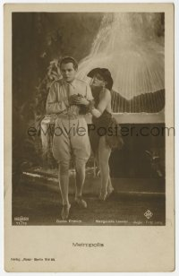 2a006 METROPOLIS 71/10 German Ross postcard '27 Gustav Frohlich & sexy Margarete Lanner by fountain!