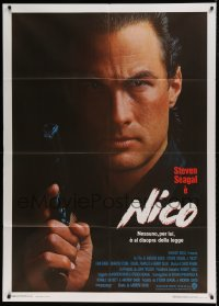 7g417 ABOVE THE LAW Italian 1p 1988 best close up of cop Steven Seagal with gun, Nico!