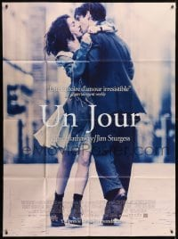 4j899 ONE DAY French 1p 2011 romantic close up of sexy Anne Hathaway & Jim Sturgess kissing!