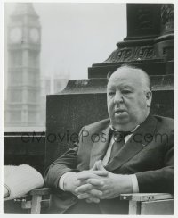 7h062 ALFRED HITCHCOCK 7.5x9.25 still 1972 on location in London when he was filming Frenzy!