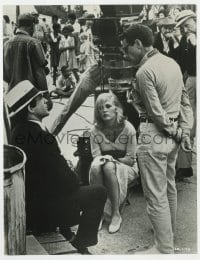 7h065 ALICE'S RESTAURANT candid 8x10.25 still 1969 Beatty & Dunaway Bonnie & Clyde candid w/ Penn!