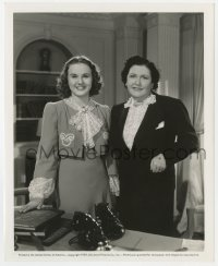 1a227 DEANNA DURBIN/LOUELLA PARSONS 8.25x10 still 1939 interviewed on the set of a movie!