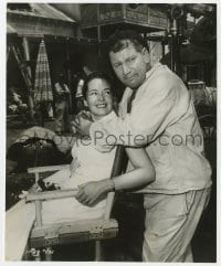 1a954 WE'RE NO ANGELS candid 7.5x9.25 still 1955 Suzanne Cloutier visits husband Peter Ustinov!