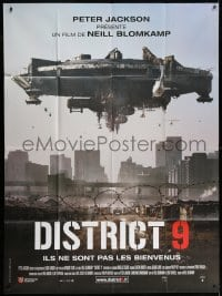 4b821 DISTRICT 9 French 1p 2009 Neill Blomkamp, cool image of huge spaceship over city!