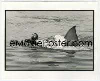 6h002 JAWS deluxe candid 8x10 file photo 1975 crew member rehearses most classic scne with shark!