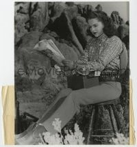 6h911 THUNDER MOUNTAIN candid 7.5x9.25 still 1947 Martha Hyer reading news between scenes by Tolmie!