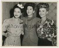6h968 WHAT A WOMAN candid 8x10 still 1943 Rosalind Russell w/visitors Janet Blair & mom by Gillum!