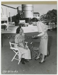 6h990 WOMEN'S PRISON candid 8x10 key book still 1954 Ida Lupino & Phyllis Thaxter on set by Lippman!