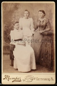 8s064 MUMPER 4x7 cabinet card 1890s portrait of three attractive young women from the Gay Nineties!