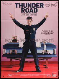 2z1185 THUNDER ROAD French 1p 2018 star/director Jim Cummings as a cop posing by coffin!