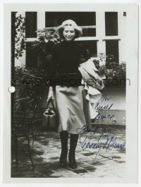 3f0901 DOROTHY MCGUIRE signed 5x7 photo 1970s full-length carrying her coat & purse outdoors!